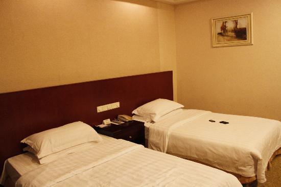 Orient Grand Hotel: 床,桌上的电话免费哦