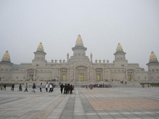 Wuxi, China: 耗资上亿的美丽梵宫!天气不好,所以不太清楚!