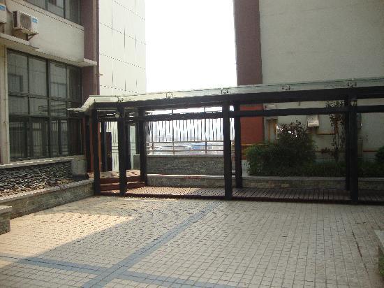 Jiazhou Apartment Hotel : 空中花园两楼间的走廊