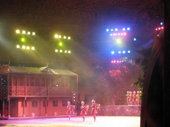 Tenglong Cavern: 洞内歌舞表演