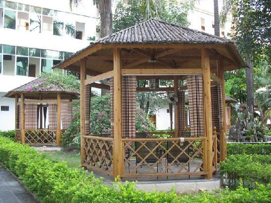 Oriental Hot Spring Hotel : 酒店花园中可爱的茶亭