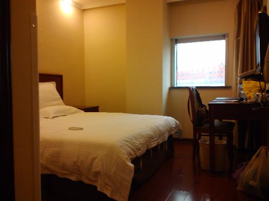 Green Tree Inn (Nanjing Zhushan Road Subway Station Express Hotel): 很小一间,两个床头柜,墙上挂的是电视机
