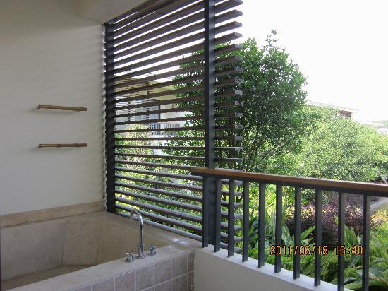 Guxiang Hotspring Resort: 阳台外面的露天浴池,风景很好