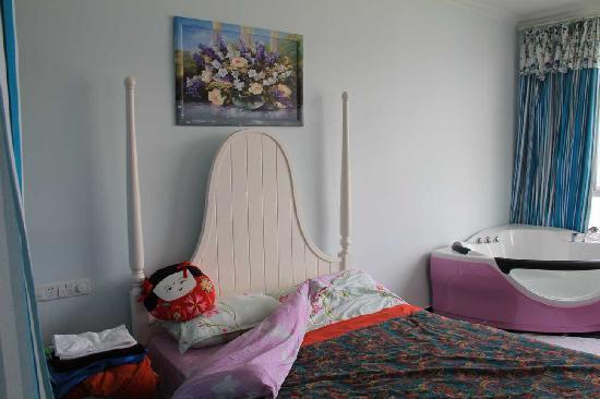 Dali Aegean Sea Romantic Sea-view Inn: 大床和海景浴缸