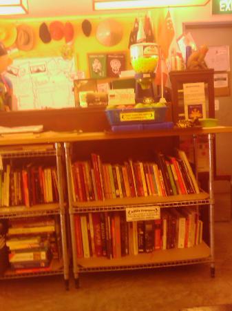 Betel Box Hostel: 书架
