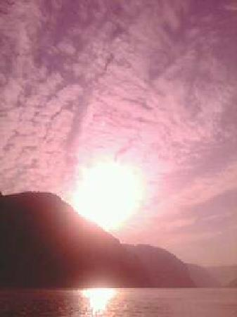 Three Gorges: 傍晚的长江水面,迷惑着每个人的眼
