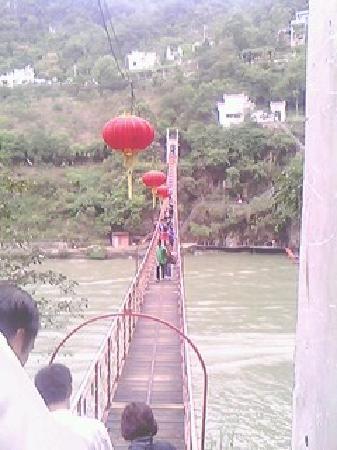 Three Gorges: 在桥头  看桥尾