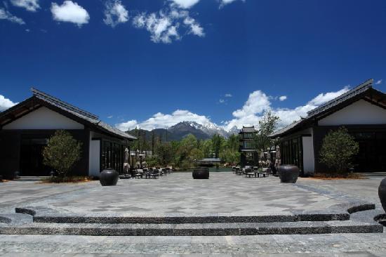 Pullman Lijiang Resort & Spa: 走出大堂就看到玉龙