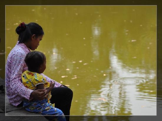Angkor Wat: 池边的母女