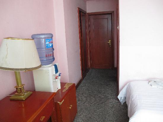 Xiuyan County, จีน: 屋里的床真的很小……
