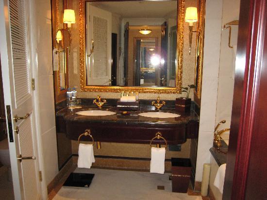Grand Central Hotel Shanghai: 卫生间很大,又看到了双盆设计