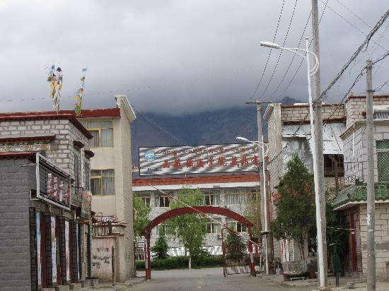 Shambala Family Hostel: 找到藏医学院就到小院了
