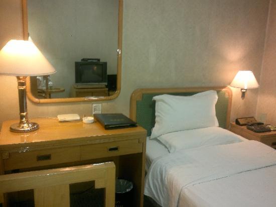 Sanjin International Hotel: 单人床和写字桌