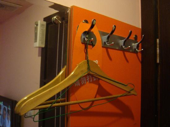 Pujiang Inn Shanghai Guangda: 提供的衣架有点不太符合酒店的形象