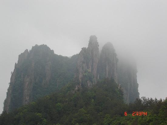 Jinhua Xianhua Mountain: 云里雾里的梦幻仙境。。