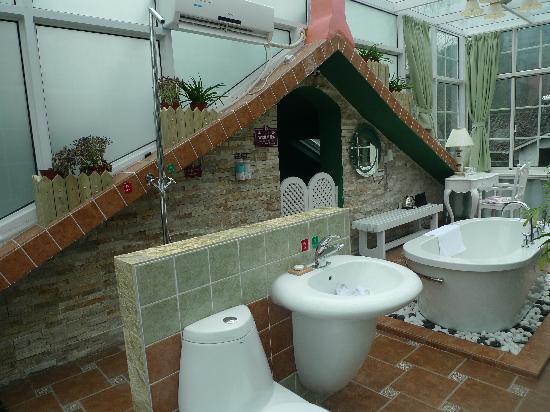 Ruoya Holiday Hotel: 浴室