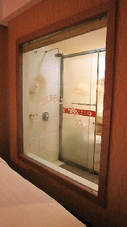 Universal International Hotel: 房间内全透明浴室