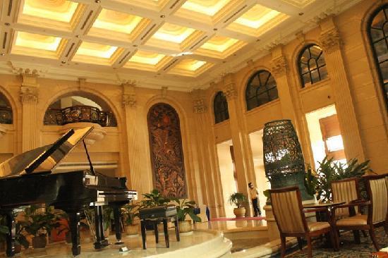 Baohong Hotel: 酒店大堂钢琴区域