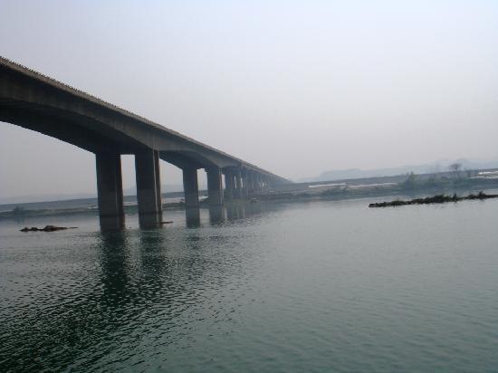 Wusheng County, Kina: 江面的大桥