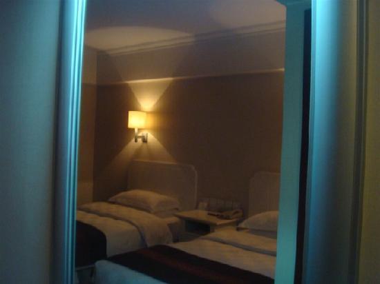Spring Hotel: 从镜子里照的 因为模式问题镜框泛蓝~