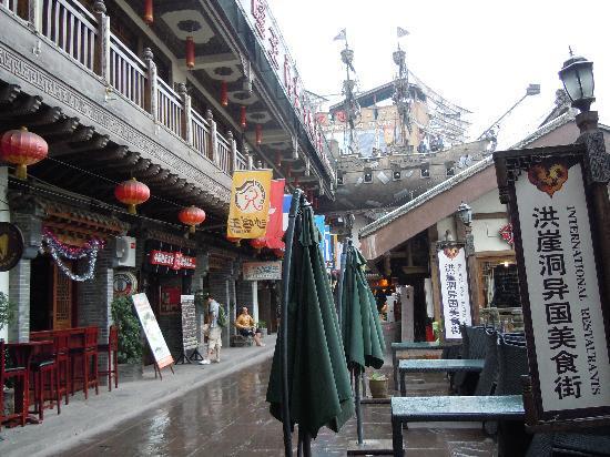 Hongya Cave: 异国美食街
