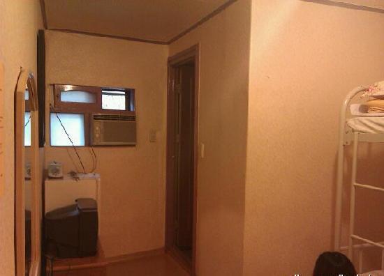 Beewon Guesthouse: 这张手机拍的不是很清楚,是房间内部~有独立卫生间,朋友正坐在地上~