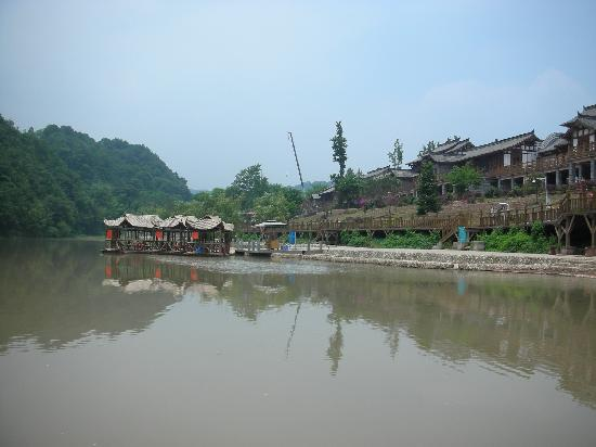 Chongzhou, China: 江边