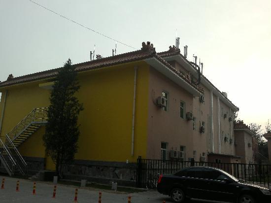 7 Days Inn (Beijing Communication University of China): 宾馆后墙