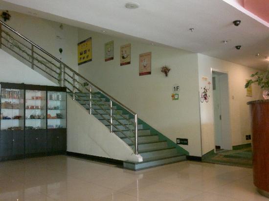 7 Days Inn (Beijing Communication University of China): 门厅楼梯
