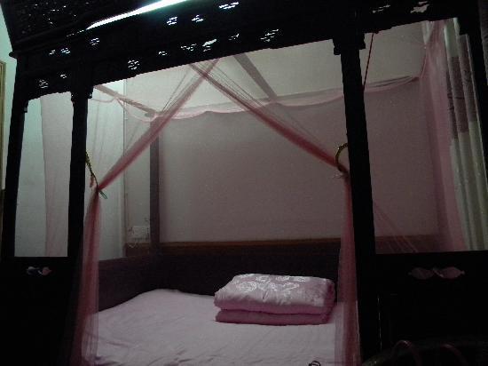 Jinshuiloutai Hostel: 古香古色的雕花床