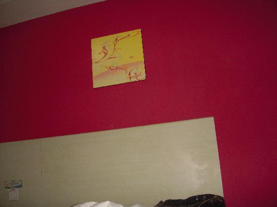 Eaka Hotel (Shijiazhuang Museum) : 春夏秋冬不同床头背景墙,这是夏季的,有红、黄、绿选择