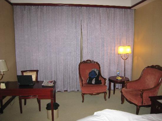 Celebrity City Hotel Xiangfan Hangkong Road: 工作区与休息区,有欢迎水果。