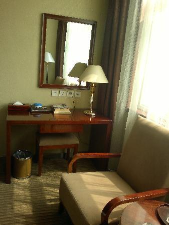 Tiantian Yugang Hotel : 房间写字台及会客区