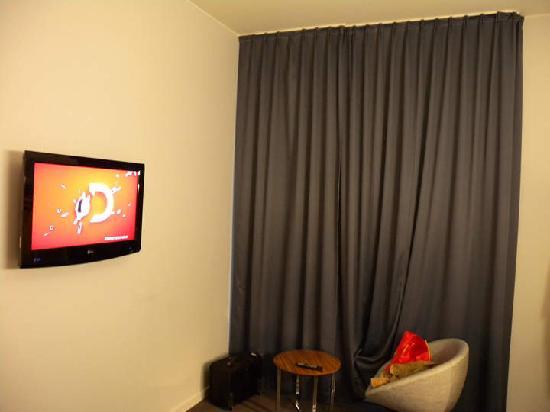 Thon Hotel Ullevaal Stadion: 双人房 由书桌望挂墙式液晶电视机和内倒外开式外窗