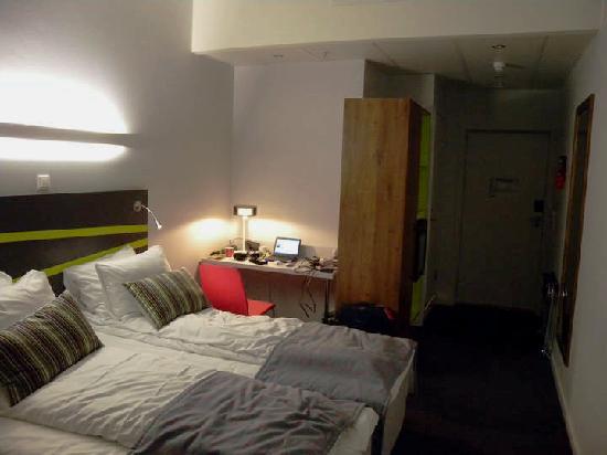 Thon Hotel Ullevaal Stadion: 双人房 外窗望小走道