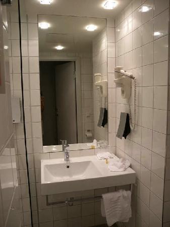 Thon Hotel Ullevaal Stadion: 双人间 卫生间台盆
