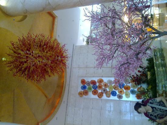 Bohao Radegast Hotel Beijing: 酒店大厅吊灯和花花墙