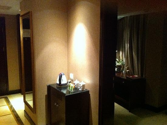 Grand Royal Hotel: 书桌在小套间里