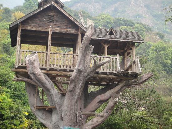 Baishui Village: 栈道旁的一些人造景