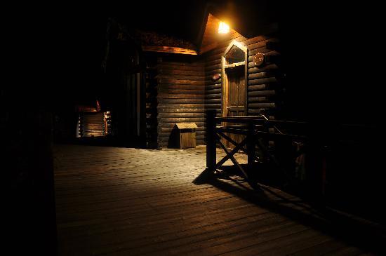 Wuzhizhou Island Resort: 晚上的木屋