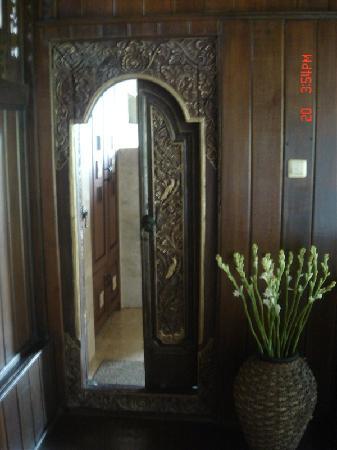 Alam Indah: 卫生间的门,里面很巨大
