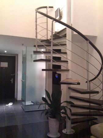Orange Hotel (Beijing Tianningsi): 转梯,楼上是床