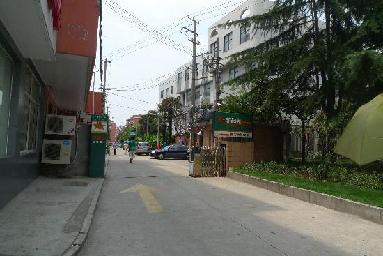 Home Inn Shanghai Xujiahui Guangda Liuzhou Road: 巷子口