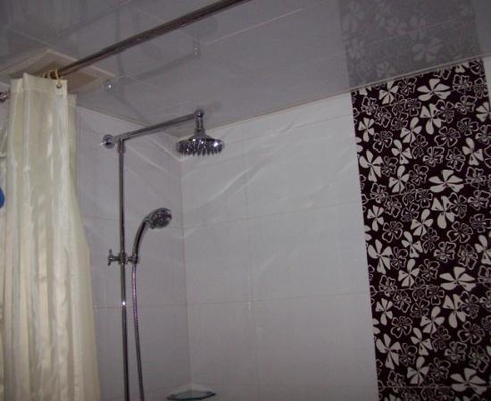 Yilong Hotel: 卫生间