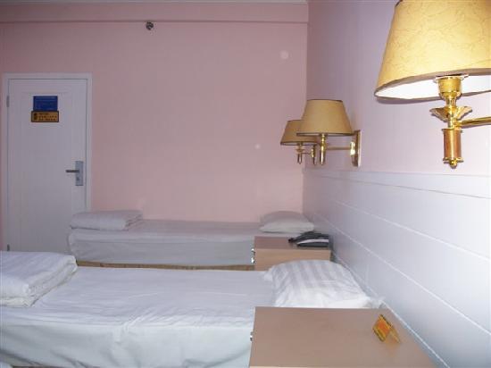 Yuexing Hotel: 这是一间再不过普通的普通间,看着都是这么的舒适,那么,其它的房间大家可想而知……