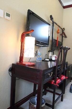 โรงแรมรอน ยอร์ด: 古色古香的书桌