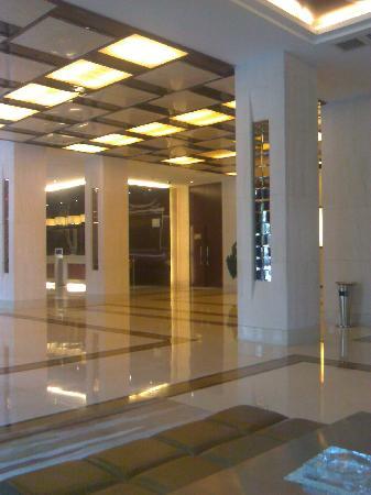 Continental Hotel: 前厅一则的休息区