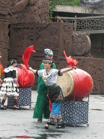 Deihang Miao Zhai: 苗族风情表演,介绍说是鼓王来的。