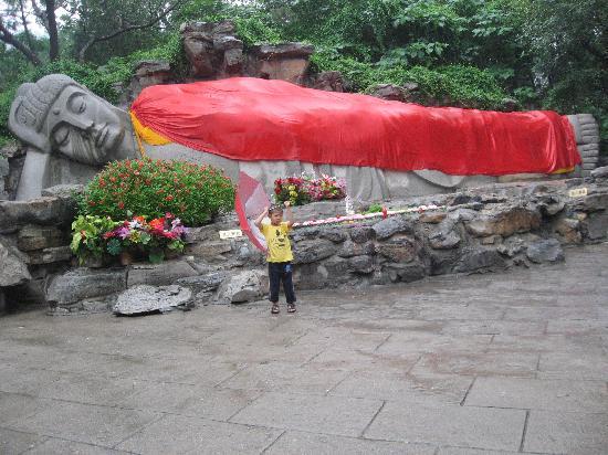 Qianfoshan: 卧佛,身披彩衣,横卧,貌如入睡