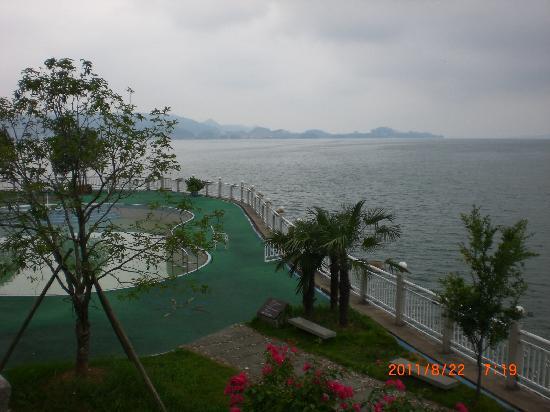 Qiandao Lake Sunshine Hotel : 酒店的泳池正在千岛湖边